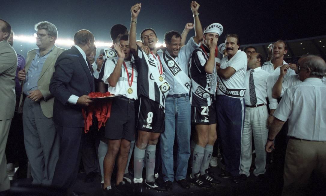 Carlos Alberto Torres entre os jogadores do Botafogo na festa do título da Conmebol e 1993 Foto: Arquivo/O Globo