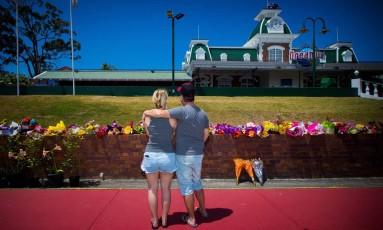 Australianos deixam flores no parque de diversões em que acidente matou quatro pessoas Foto: PATRICK HAMILTON / AFP