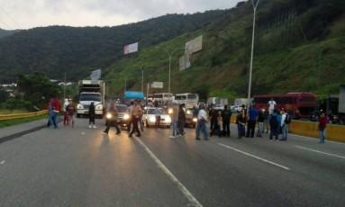 Guarda Nacional Bolivariana deixa apenas uma via liberada de estrada que dá acesso a Caracas Foto: Reprodução 'El Universal'