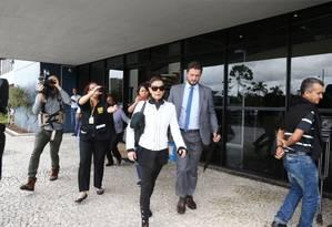 A jornalista Cláudia Cruz, mulher do deputado cassado Eduardo Cunha, ao deixar a Superintendência da PF em Curitiba Foto: Geraldo Bubniak