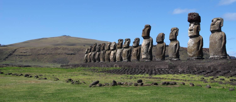 Os 15 moais do Ahu Tongariki, a maior e mais famosa plataforma da Ilha de Páscoa Foto: Eduardo Maia / O Globo
