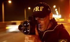 Policial rodoviário faz fiscalização com radar Foto: Gustavo Stephan / Agência O Globo