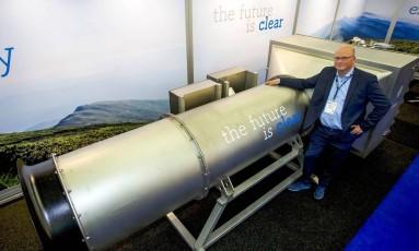 Peter van Wees com o aspirador gigante que filtra o ar Foto: MENNO RINGNALDEN / AFP