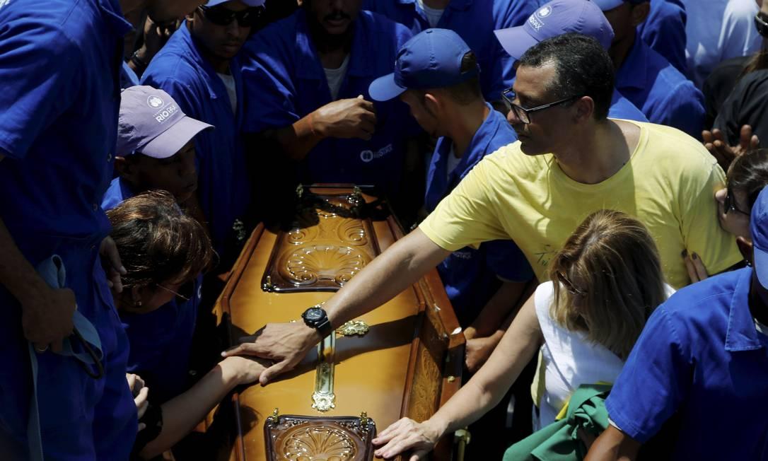 O filho de Carlos Alberto Torres, o ex-zagueiro Alexandre Torres, durante o enterro do capitão do tri Gabriel de Paiva/ O Globo