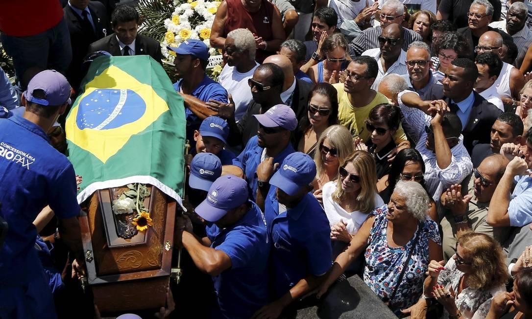 Amigos e familiares se despedem de Carlos Alberto Torres, que foi enterrado no Cemitério do Irajá Gabriel de Paiva/O Globo