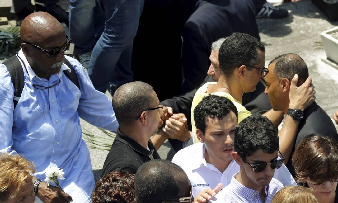 Paulo Cezar Caju também esteve no enterro se despedir do ex-companheiro da seleção de 70 Gabriel de Paiva/O Globo
