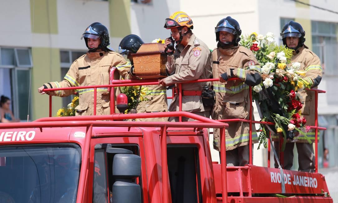 O corpo de Carlos Alberto Torres seguiu em carro aberto dos bombeiros para o cemitério Roberto Moreyra / Extra