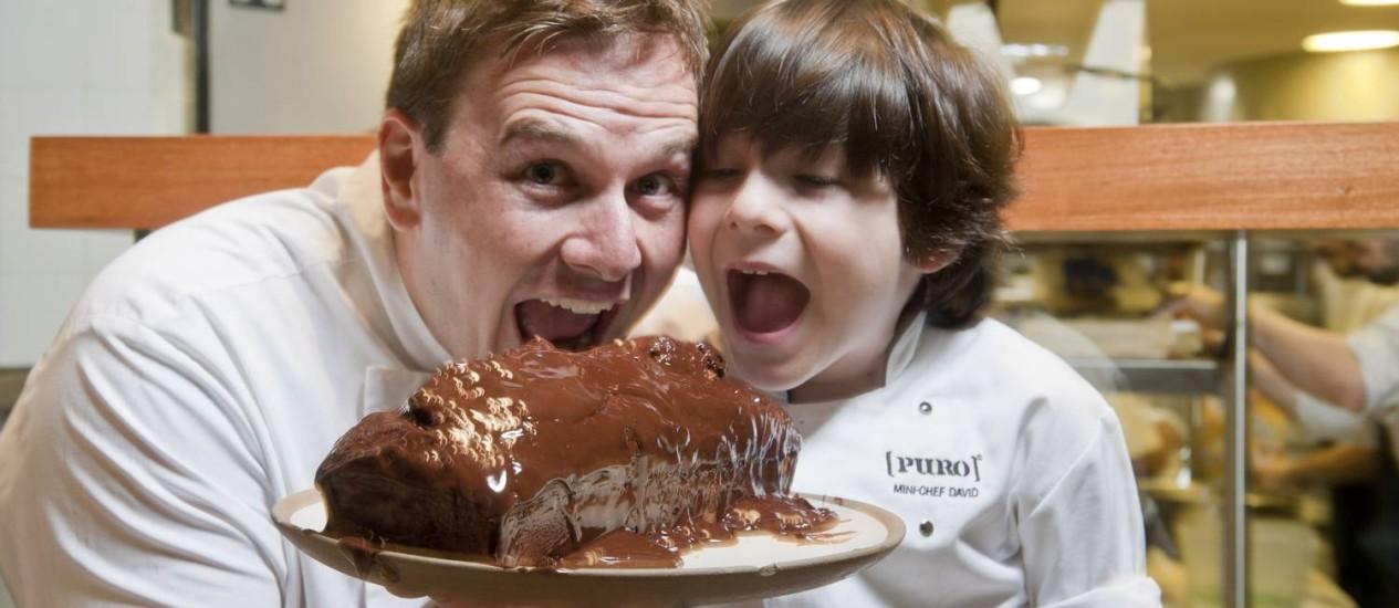 Pedro Siqueira e o filho Davi mostram o passo a passo do bolo de cenoura que fazem em família Foto: Agência O Globo