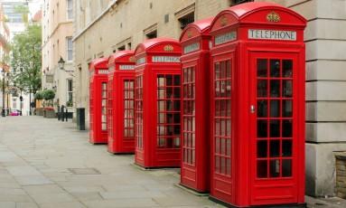 As tradicionais cabines telefônicas inglesas em uma rua de Londres Foto: Creative Commons / Wikipedia / Reprodução