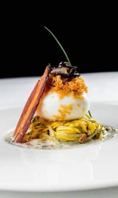 Laguiole. A versão do carbonara do chef Elia Schramm é o Ovo 5.9: ovo mollet sob paglia e fieno, com carbonara trufada Tomas Rangel / Divulgação