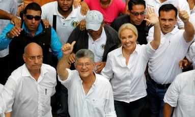 Líder opositor e presidente do Parlamento, Henry Ramos Allup (centro) participa de ato contra Maduro na Venezuela Foto: CHRISTIAN VERON / REUTERS
