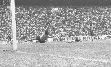 Albertosi salta em vão após o chute de Carlos Alberto Torres no último gol do Brasil sobre a Itália na final da Copa de 1970 Foto: AP
