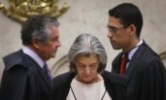 A Ministra Carmen Lucia, Presidente do Superior Tribunal Federal (STF), acompanhada pelo ministro Marco Aurélio Mello (ao fundo) para sessão de julgamento da chamada desaposentadoria Foto: Andre Coelho / O Globo