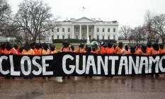 Ativistas pedem diante da Casa Branca o fechamento da prisão na basal naval de Guantánamo Foto: Scott Langley / Anistia Internacional