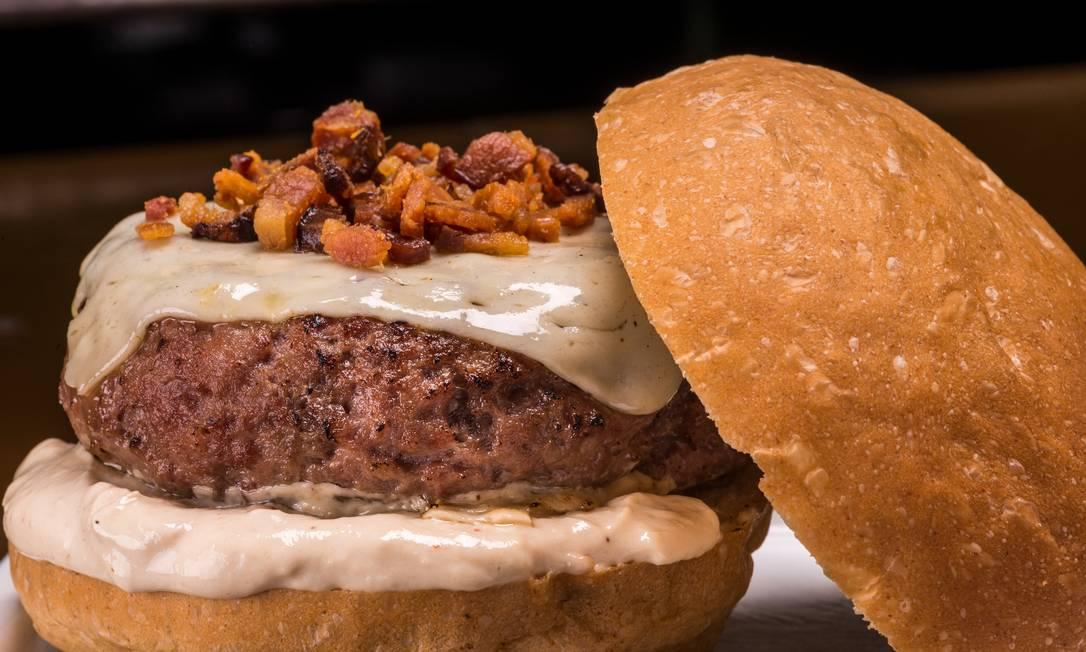 Ossos Food Truck. Blend de costela e bacon, mozzarella, maionese de cebola caramelizada e farofa de bacon (R$ 25). Bruno Rodrigues / Divulgação