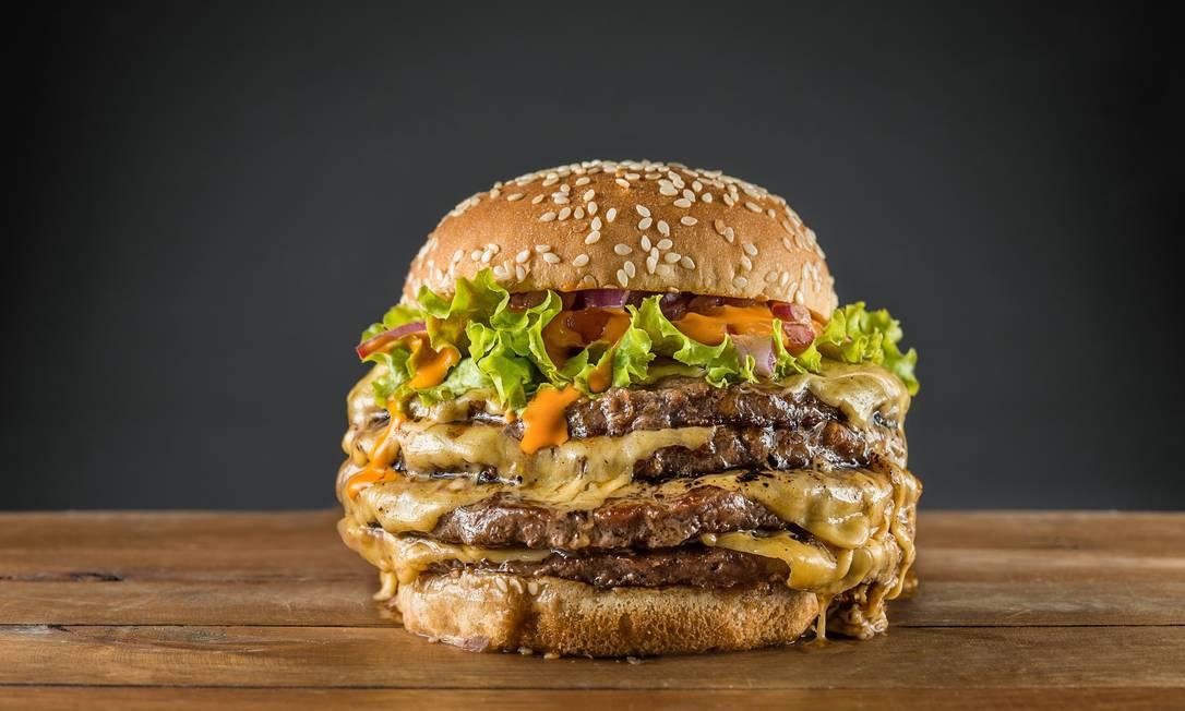 Le Max. O Fantastic Four leva quatro hambúrgueres de 100g, com queijo, alface, tomate, cebola e molho especial (R$ 30). Tomas Rangel / Divulgação
