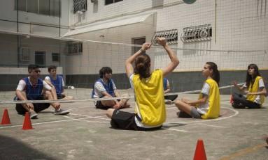 Sem limitação. Alunos do ensino médio do Meimei praticam vôlei sentado, um dos esportes adaptados Foto: Analice Paron