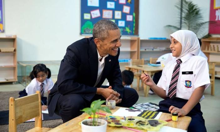 Obama fala com menina muçulmana na Malásia, em 2015 Foto: Pete Souza / The White House