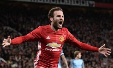 O espanhol Juan Mata comemora o gol da vitória do Manchester City sobre o Manchester United Foto: OLI SCARFF / AFP