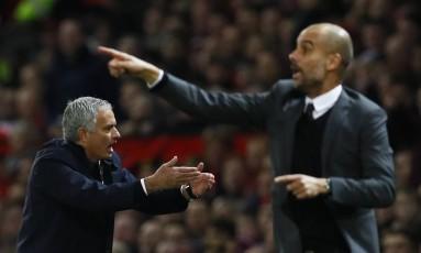 Os técnicos José Mourinho, à esquerda, e Pep Guardiola, no duelo entre Manchester United e Manchester City Foto: Jason Cairnduff / REUTERS