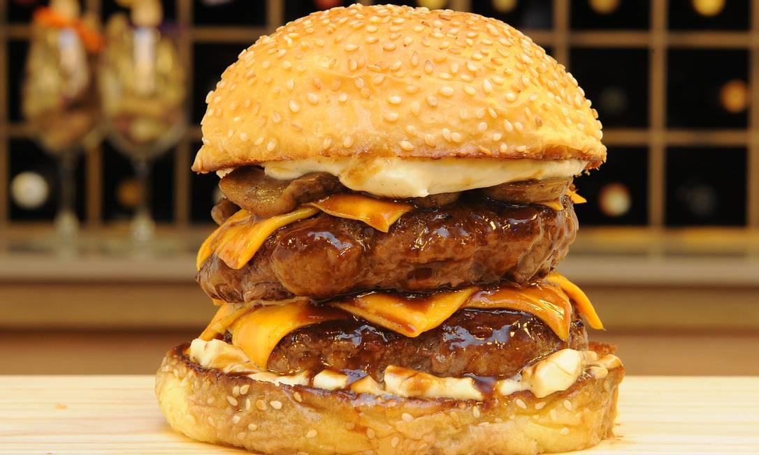 Deli Delícia. O Mountain Burger tem duas camadas de 180g de cortes premium, molho rôti, flor de sal, cheddar inglês, cogumelos Paris salteados na manteiga e maionese de trufas (R$ 39). Stan Studio / Divulgação