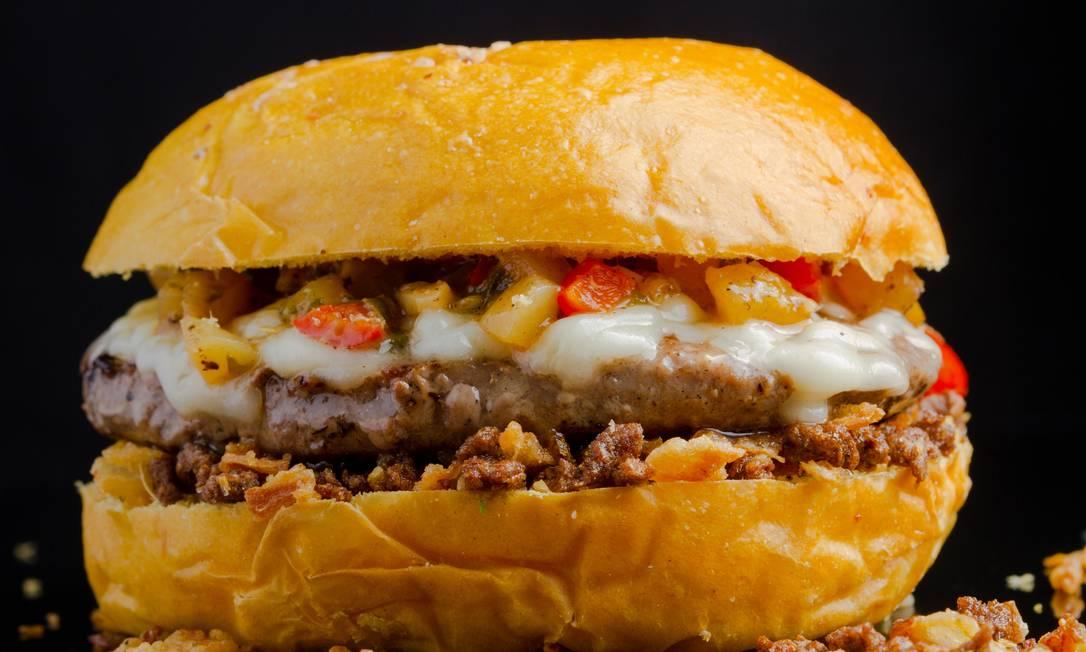 Patifaria. O # 11 tem 200g de burguer de cordeiro no pão da maracujá, com molho tailandês, mozzarella de búfala, cebola crispy e farofa de bacon (R$ 25). Divulgação
