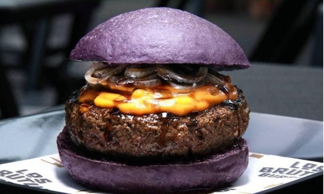 Los Brutus Burger. O Bizarro leva pão de cebola roxa, burguer bovino, cheddar do chef e molho teryhop (teryaki feito à base de cerveja preta (R$ 20), no Food Park Carioca. Divulgação