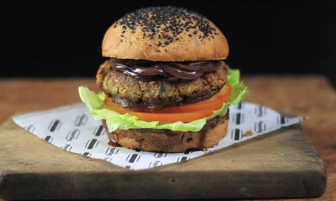 Pepperdog. O Veg Burger é feito com ervas, proteína de soja e grão de bico e ainda pode ser complementado com barbecue de abacaxi e cebola caramelizada. Divulgação/Andre Nogal Andre Nogal / Divulgação