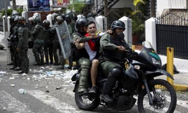 Manifestante é detido após confusão em San Cristóbal Foto: CARLOS EDUARDO RAMIREZ / REUTERS