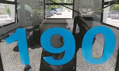 Vazia. Cabine da PM próxima à Rua Santa Clara: moradores e comerciantes fazem reclamações Foto: Custódio Coimbra