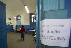 Eleitora vota em zona eleitoral de Quintino, Zona Norte do Rio Foto: Antonio Scorza / Agência O Globo / 2-10-2016