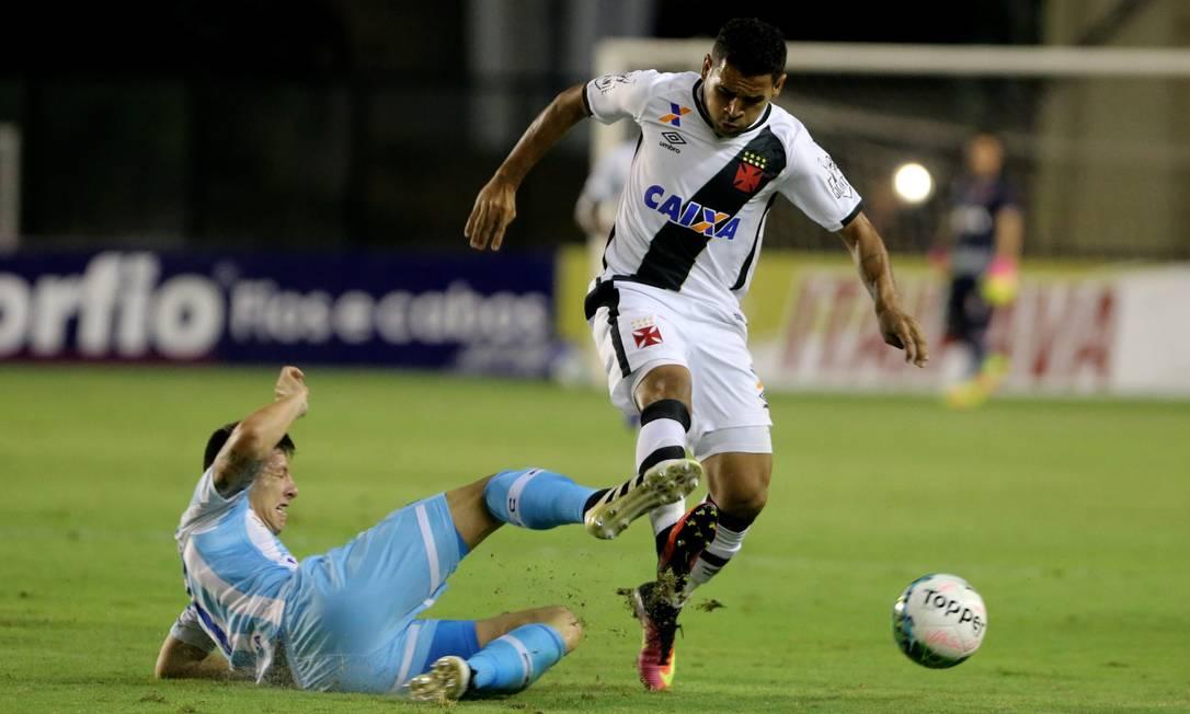 Vascaíno Éderson recebe a marcação de um jogador do Avaí Guilherme Pinto