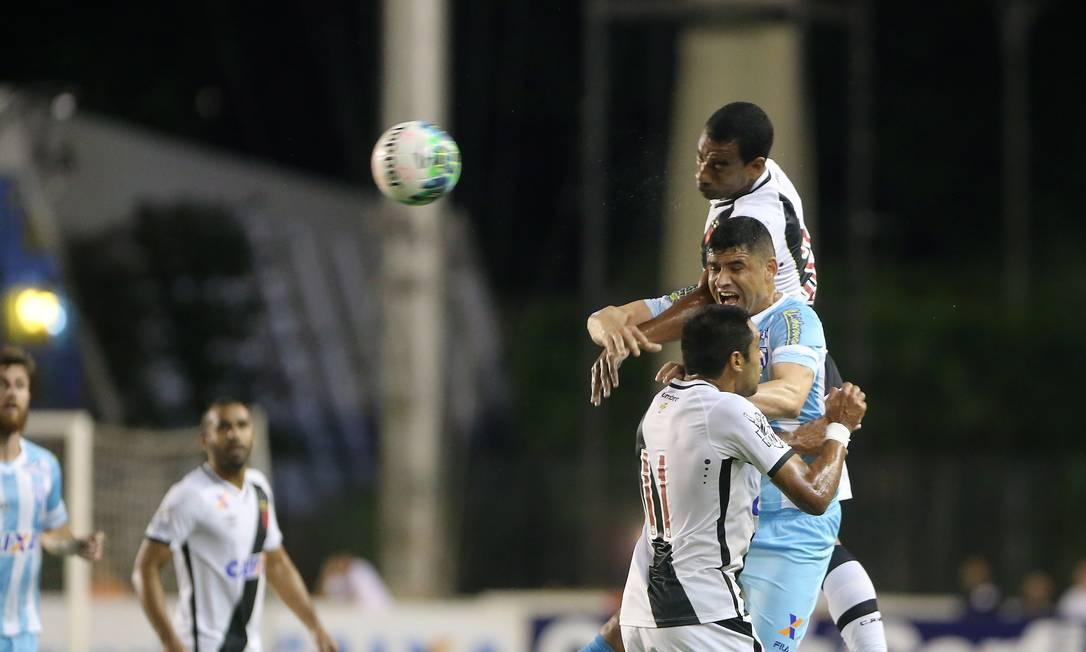 Zagueiro Rodrigo ganha no alto de William e cabeceia a bola Guilherme Pinto / Agência O Globo