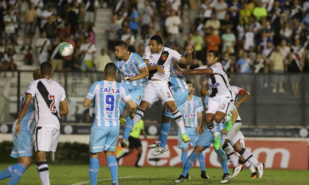 Rafael Marques cabeceia a bola na trave do Avaí no primeiro tempo Guilherme Pinto / Agência O Globo