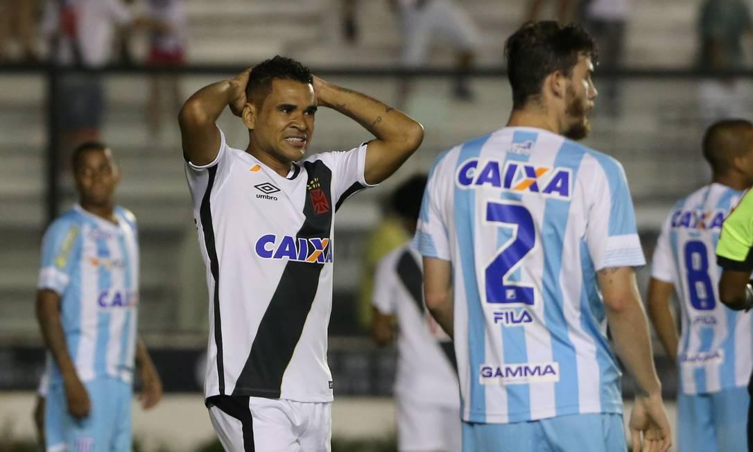 Éderson se desespera ao perder chance no jogo contra o Avaí Guilherme Pinto / Agência O Globo