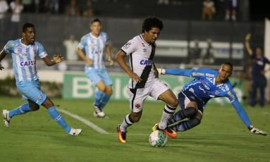 Volante Douglas recebe a bola na área do Avaí, observado por Renan e por Betão Foto: Guilherme Pinto
