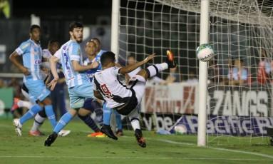 Éderson se estica, mas joga a bola para fora Foto: Guilherme Pinto / Agência O Globo