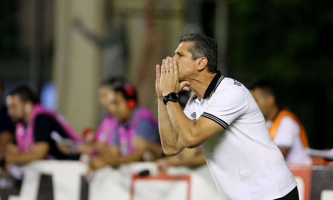 O técnico Jorginho orienta o Vasco no empate sem gols com o Avaí Guilherme Pinto