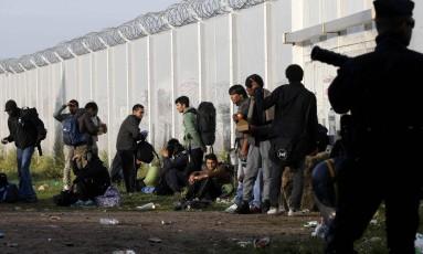 Polícia impede migrantes de retornarem ao campo de Calais Foto: PASCAL ROSSIGNOL / REUTERS