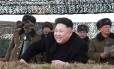 Em 2015, Kim Jong Un ri enquanto assiste a teste militar na Coreia do Norte Foto: REUTERS