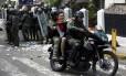 Um manifestante é detido durante um protesto contra o presidente da Venezuela, Nicolás Maduro, em San Cristóbal Foto: CARLOS EDUARDO RAMIREZ / REUTERS