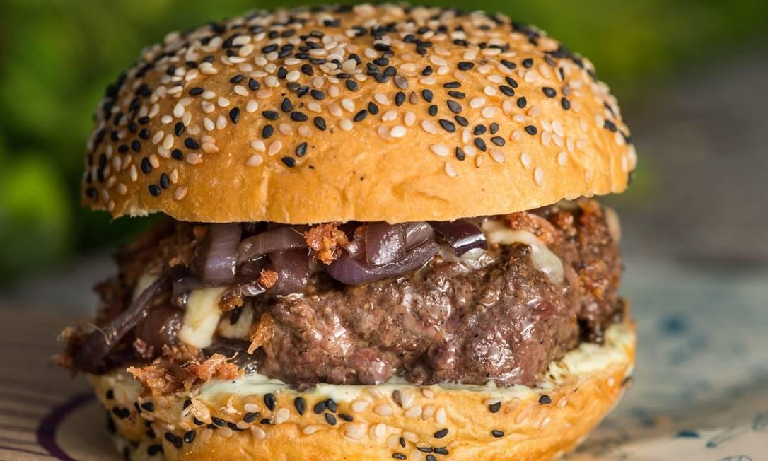 Larica Burger. Blend bovino, queijo, maionese de iogurte, farofa de bacon, cebola caramelizada no melado de cana e pão de abóbora (R$ 25). Divulgação