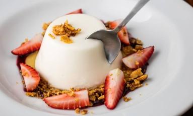 Pudimde iogurte com coulis de morangos e crumble de flocos de milho, do Prima Bruschetteria Foto: Tomas Rangel/Divulgação