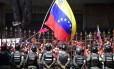 Manifestantes opositores a Maduro se reúnem na frente do Parlamento em Caracas Foto: RONALDO SCHEMIDT / AFP