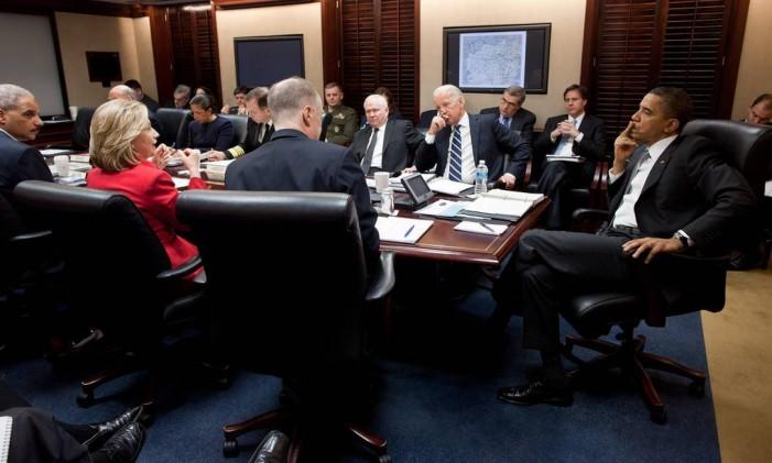 Obama e sua equipe mais próxima em assuntos de segurança nacional, entre eles a então secretária de Estado Hillary Clinton (de vermelho), discutem na Casa Branca Foto: Pete Souza / The White House