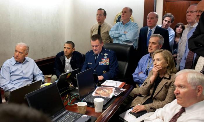 Obama, Biden (à esquerda), Hillary e equipe de segurança nacional e da CIA acompanham operação que matou Osama bin Laden, em 2011 Foto: Pete Souza / The White House