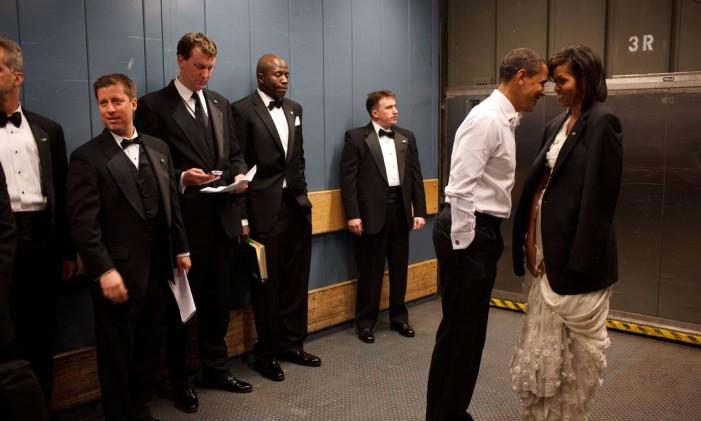 Barack e Michelle Obama, rodeados de agentes do serviço secreto, em um descanso do baile celebrado depois de vencer as eleições, em 2008 Foto: Pete Souza / White House