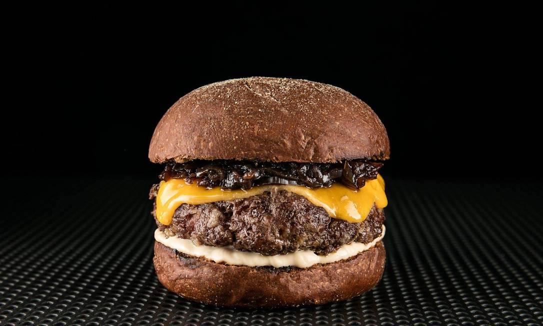 Levante. O Lev´Cheddar tem 150g de carne, cheddar de verdade, cebola caramelizada no shoyu e molho no pão australiano artesanal (R$ 18) Tomas Rangel / Divulgação