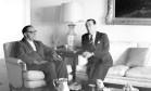 Superando divergências. Carlos Lacerda (à esquerda) e Juscelino Kubitschek conversam a respeito da Frente Ampla Foto: 09/04/1967 / Agência O Globo