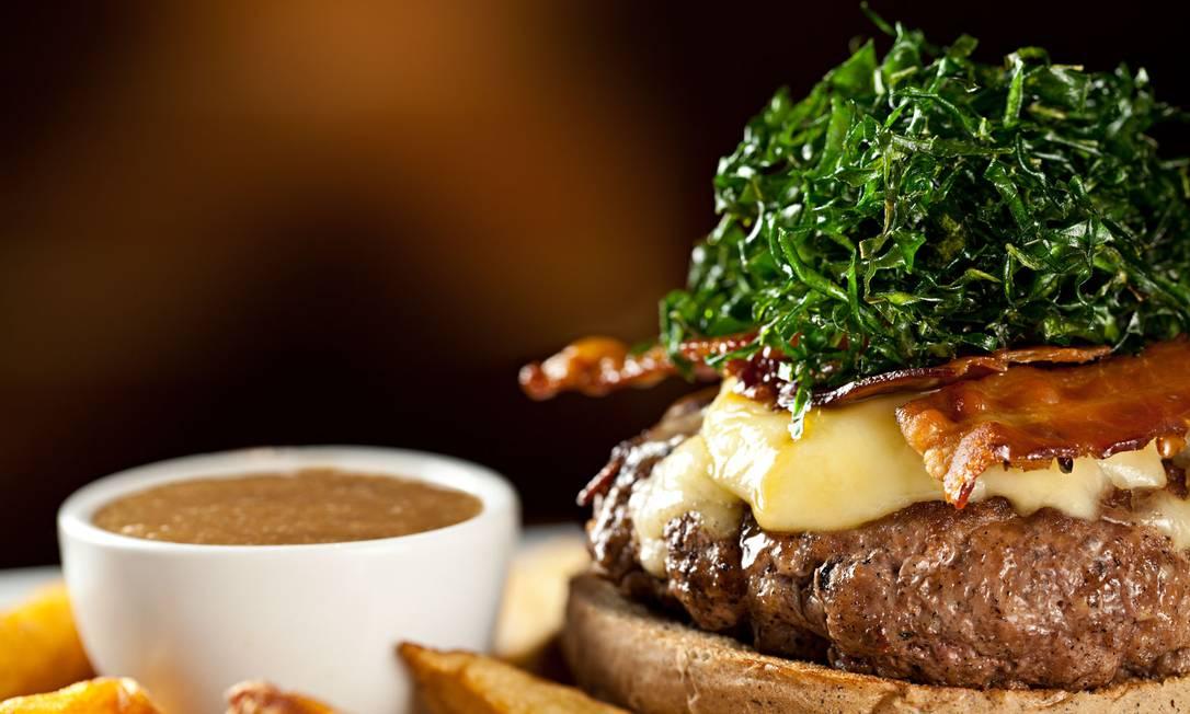 Pub Escondido, CA. O Inconfidentes Burger vem num pão especial com 200g de carne, queijo Serra da Canastra, bacon frito no melado da cana e crisps de couve (R$ 40) Rodrigo Azevedo / Divulgação